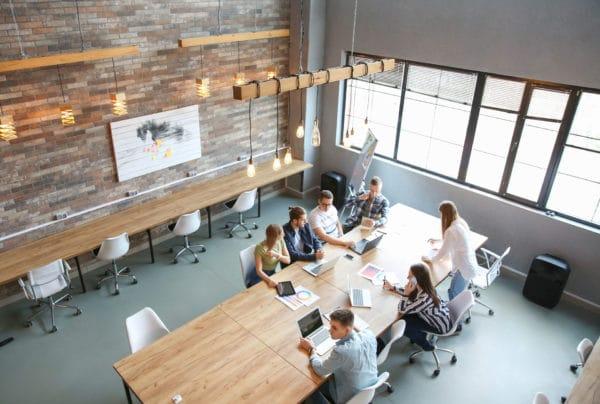 espace de co-working avec 7 personnes en train de travailler